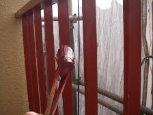 下塗りは鉄部塗装の仕上がりに左右されます。丁寧に塗っていきます。