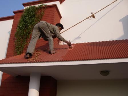 インドのペンキ屋さんの屋根塗装風景