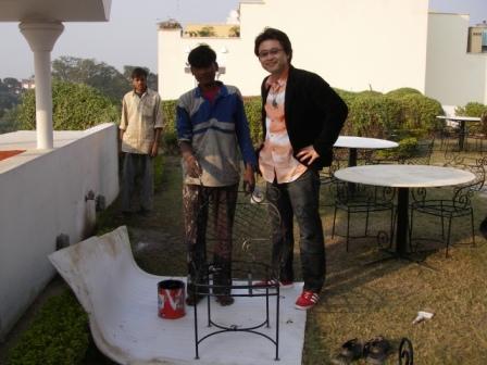 インドのペンキ屋さんと記念写真。右側がふじみ野市でリフォーム・塗装業を提供しているナイガイセルフ代表薄井です。
