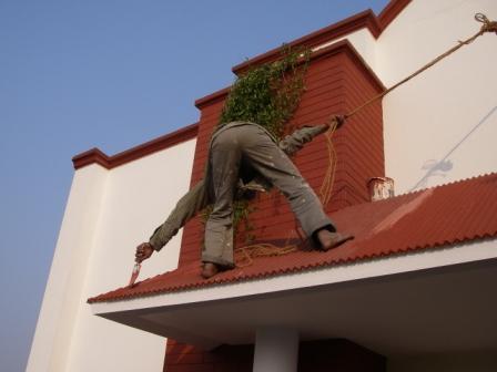 インドのペンキ屋さん命がけの屋根塗装。インドでは足場を架けないんですね。