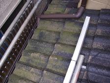 瓦屋根を高圧洗浄機で水洗い