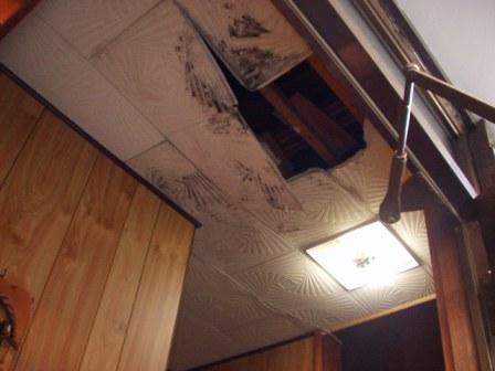 雨漏りで天井脱落