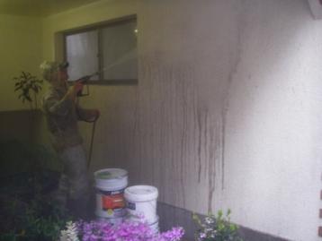 雨の日に外壁を高圧洗浄機で水洗い洗浄