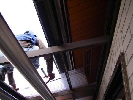 ベランダ波板屋根を一時外して作業します。