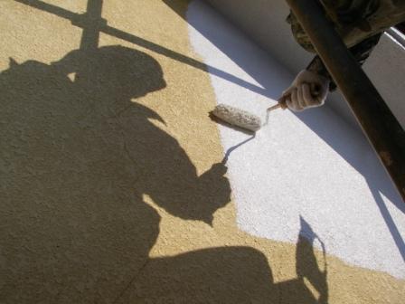 大きい面はローラーを使用して下塗りしていきます。