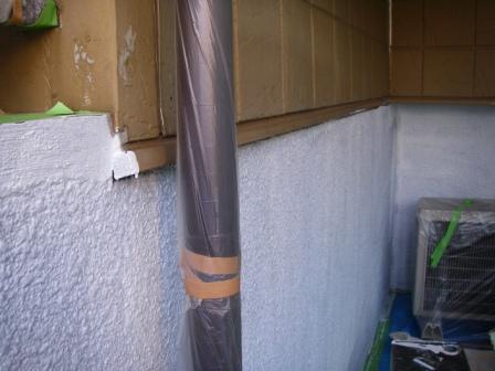 樋もしっかり養生して下塗りしていきます。