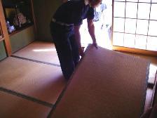 古い畳のはがし作業