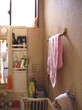 洗面所クロスをパネル板に張替工事1