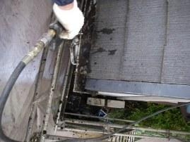 雨樋に溜まった泥や埃を取り除き、手で取り切れないところは洗浄機の水圧で押し流します。