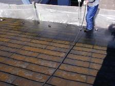 汚れのひどい北側屋根から入念に水洗い洗浄