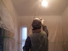 天井にビーナスコートを塗布する際はローラーよりも吹付の方が継ぎ目出ません。