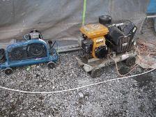 左側が電動コンプレッサー 右側ガソリンエンジン用コンプレッサー
