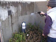 コンクリート塀を高圧洗浄1
