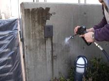 コンクリート塀を高圧洗浄2