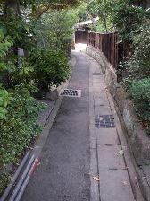 外壁塗装現場まで細い道。鎌倉