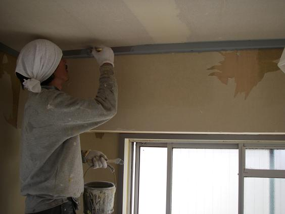 防カビ用のクロスと周り縁や木枠を塗装