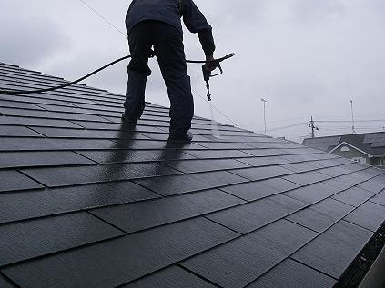 コロニアル屋根塗装前に屋根を水洗い洗浄
