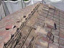 瓦屋根を剥がしていきます