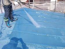 トタン屋根を高圧洗浄機で水洗い