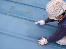 既存の塗膜に傷をつけて、新しい塗装の密着力を強化