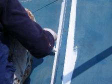ローラーで塗れない凹凸は丁寧に刷毛塗します