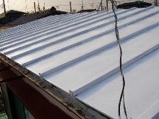 トタン屋根の下塗りが完了