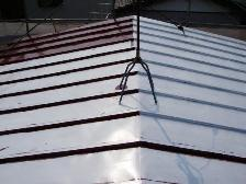 トタン屋根塗装、中塗り塗装途中