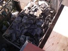 廃棄物の瓦がトラックの荷台いっばい