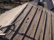 瓦を剥がした屋根板に穴が多数