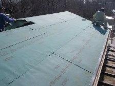 屋根にコンパネを敷き詰めていきます