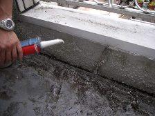 ベランダのコンクリート部のひび割れもコーキング