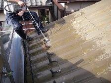 U瓦屋根塗装工事、瓦水洗い作業