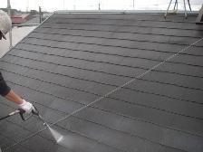 コロニアル屋根塗装前に高圧洗浄機で水洗い1