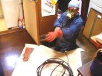 床下にシロアリ駆除薬剤を吹き付けます
