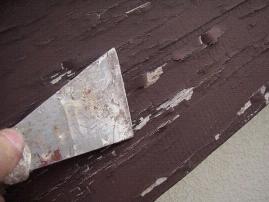 カワスキなどの金物工具で剥がれた部分をケレンする作業|埼玉県|外壁塗装
