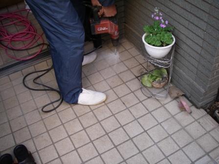 玄関内外床タイルをドリルで穴を開け2