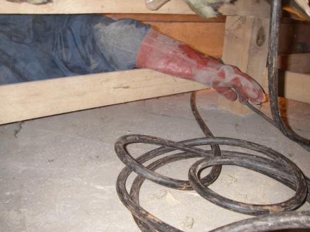 シロアリ・ゴキブリ駆除薬剤を床下に吹付
