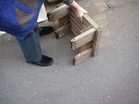 木製の植木台の足がシロアリ被害にあっていました。