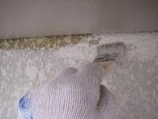 ローラー塗りで塗れない箇所は刷毛で塗装します。|埼玉県|外壁塗装