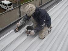 丁寧に遮熱塗料を刷毛を使って塗っていきます